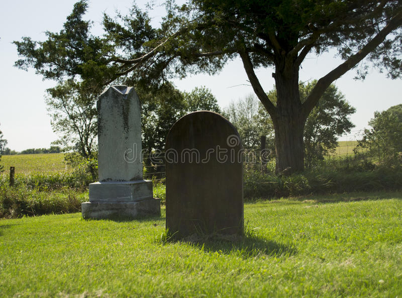 老公墓石头和木头坟墓 免版税图库摄影