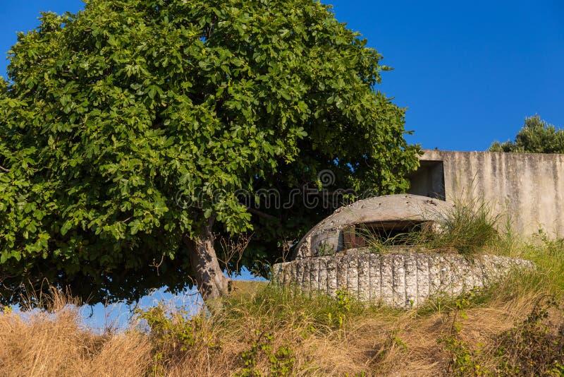 老军事地堡在Zverenc村庄,阿尔巴尼亚 库存照片