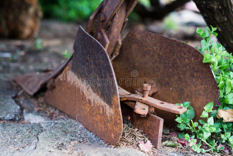 老农厂犁在庭院里 库存图片