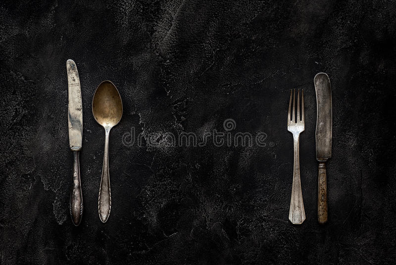 老农庄刀子、匙子和叉子在具体顶视图 库存照片