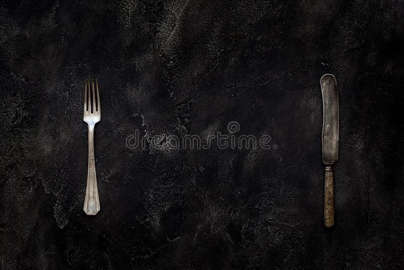 老农庄刀子和叉子在具体顶视图 免版税库存照片