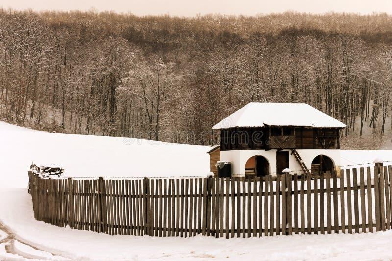 老农舍在冬天 免版税库存照片