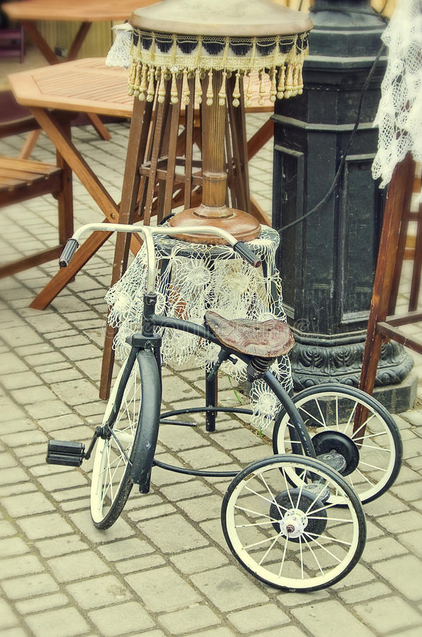 老减速火箭的对象仿古儿童的自行车和落地灯 库存照片