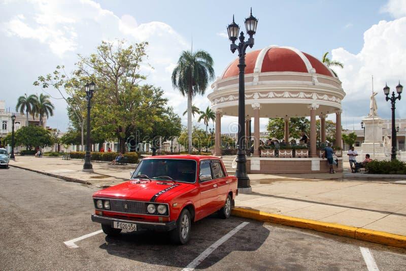 老减速火箭的经典美国汽车在西恩富戈斯,古巴 库存照片