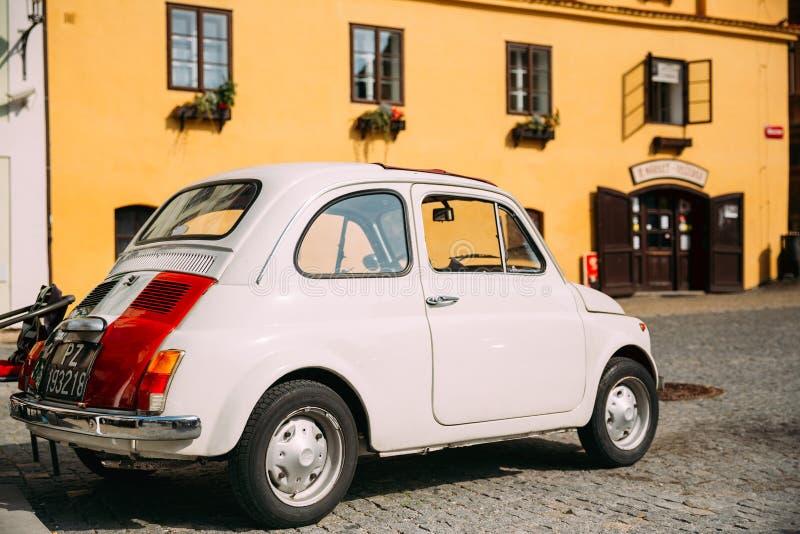 老减速火箭的葡萄酒白色颜色菲亚特Nuova 500汽车停车处看法  免版税库存图片