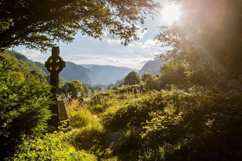 老凯尔特十字架在Glendalough,威克洛山,爱尔兰 免版税库存照片