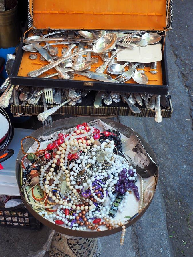 老利器和人造珠宝,雅典跳蚤市场,雅典 免版税库存照片