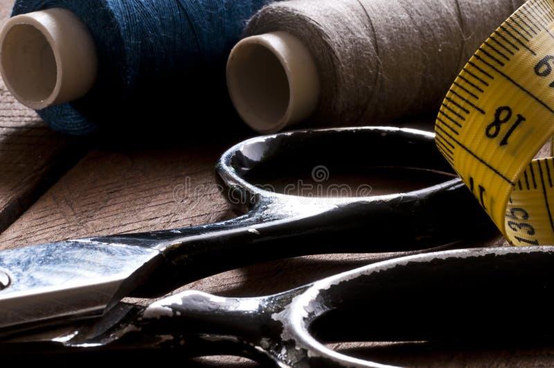 老剪刀、裁缝和措施磁带特写镜头在木头 免版税图库摄影