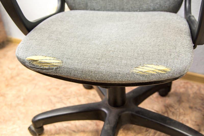 老办公室椅子,布料被摩擦对孔 库存照片