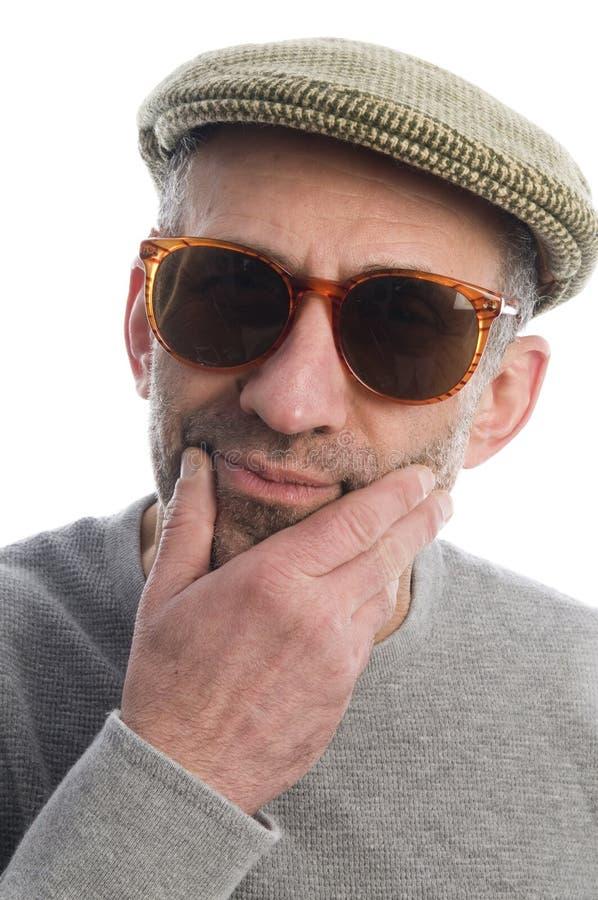 老化艺术家帽子苏格兰sunglasse认为的花呢 库存照片
