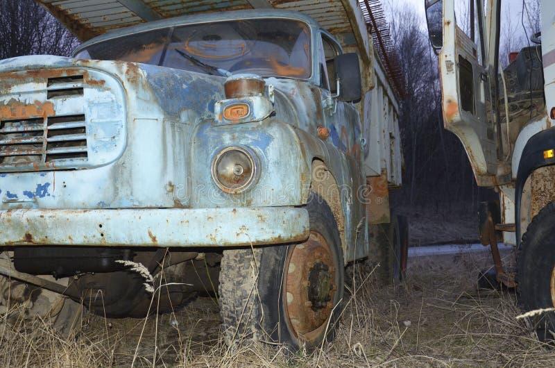 老卡车dilapitated与铁锈和损坏 库存图片
