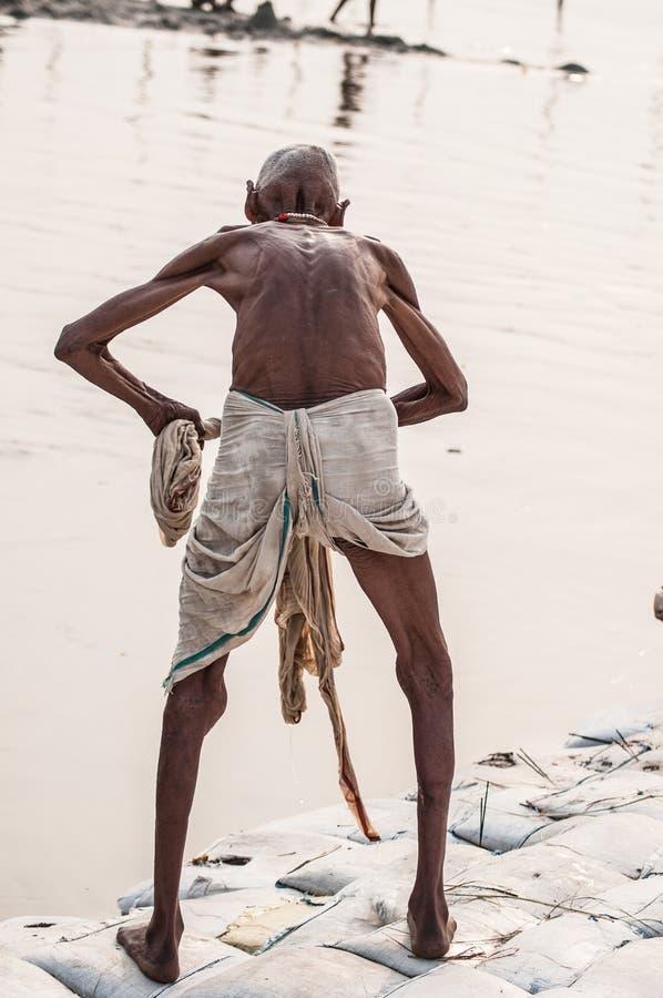 老印度香客人在圣洁恒河进行礼节浸没 免版税库存照片