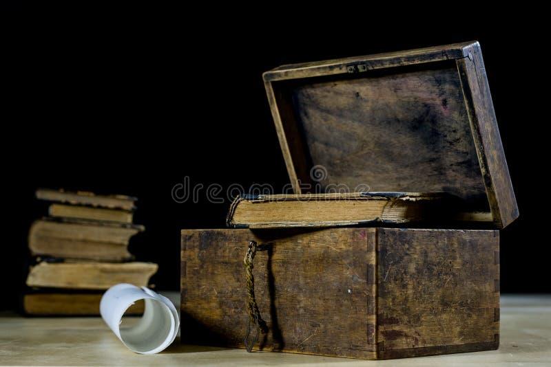 老卷和计划在被折叠的纸卷 旧书和案件 在一张老木桌上的文件 免版税图库摄影
