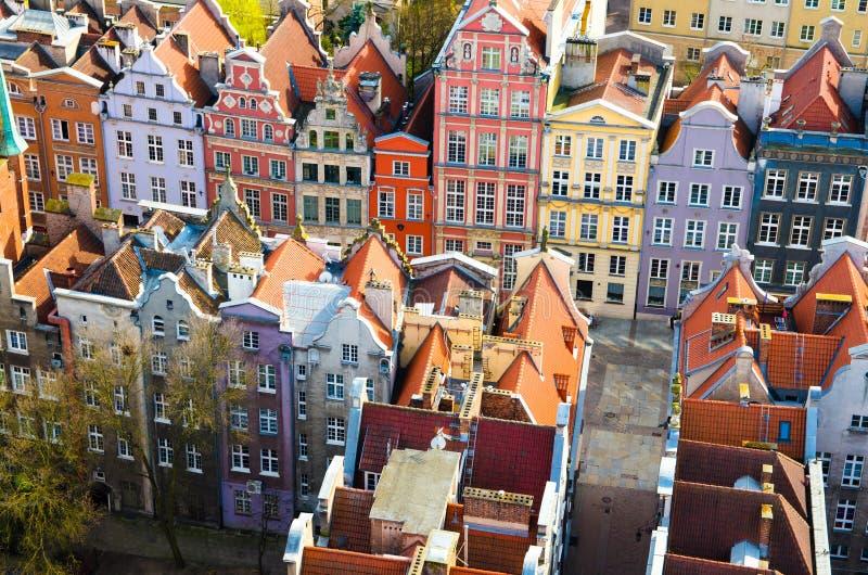 老历史市中心鸟瞰图与房屋建设,从看法的瓦屋顶典型的五颜六色的多彩多姿的门面的  库存图片