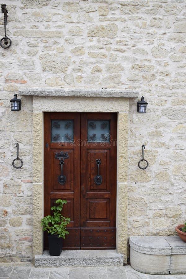 老历史的门在圣马力诺 免版税图库摄影