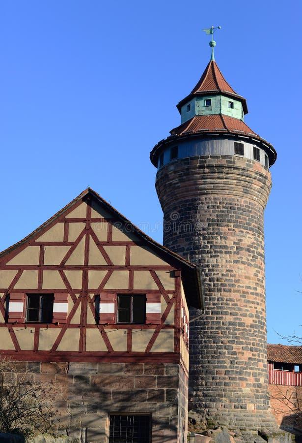 老历史砖在冬天阻拦与清楚的蓝天的塔 免版税库存照片