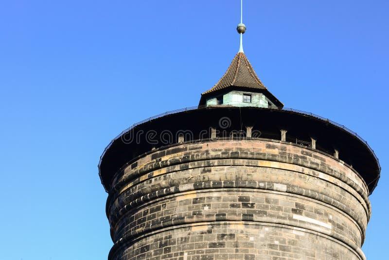 老历史砖在冬天阻拦与清楚的蓝天的塔 库存图片