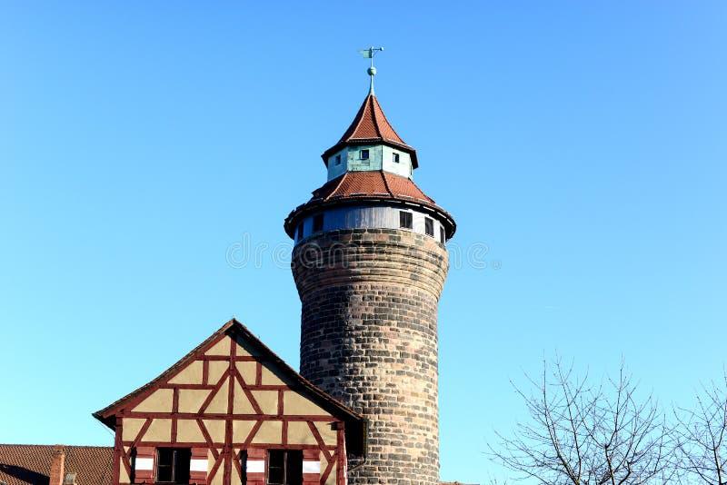 老历史砖阻拦与清楚的蓝天的塔 免版税图库摄影