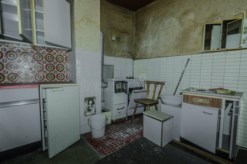 老厨房在森林房子里 免版税库存图片
