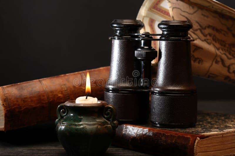 Download 老双筒望远镜和书 库存图片. 图片 包括有 映射, 梦想, 背包, 葡萄酒, 创建, 蜡烛, 玻璃, 对象 - 62526565