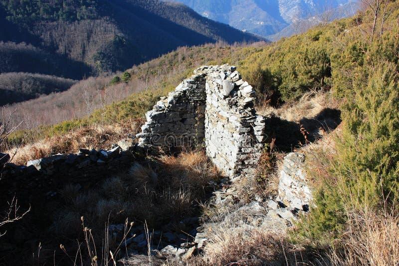 老古老结构或被放弃的和现在废弃的大厦在山 库存图片