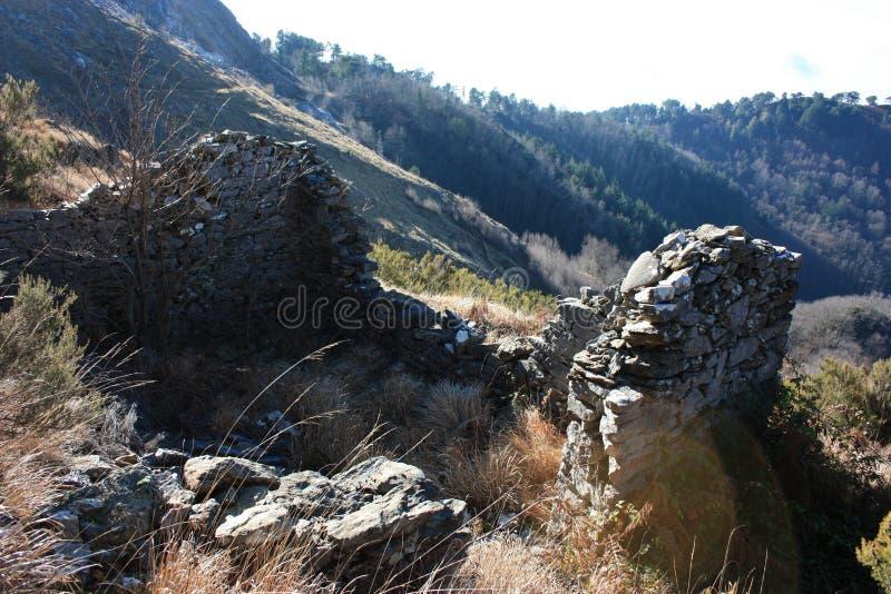老古老结构或被放弃的和现在废弃的大厦在山 库存照片
