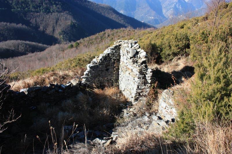 老古老结构或被放弃的和现在废弃的大厦在山 免版税库存照片
