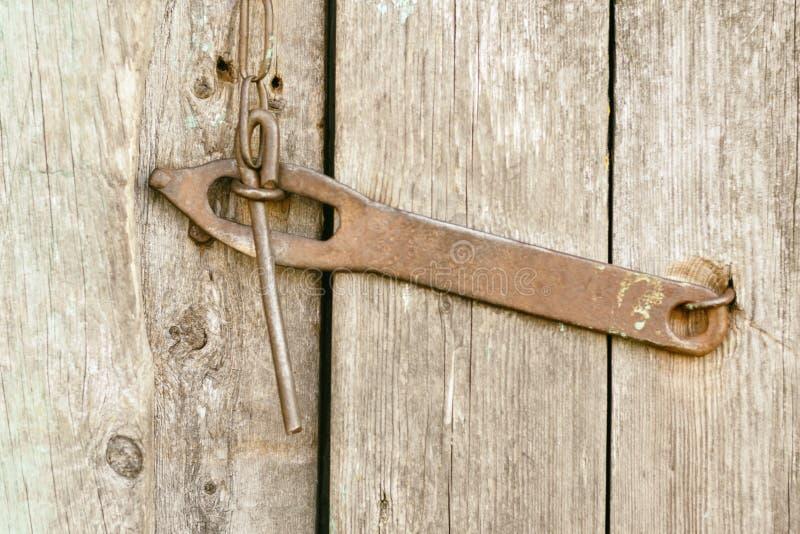 老古色古香的铁锁,deadbolt,在门的螺栓不是被绘的特写镜头 免版税库存图片
