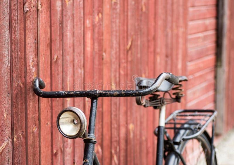 老古色古香的黑人` s自行车 免版税库存图片
