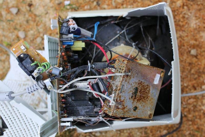 老台式计算机显示器和计算机残破的捣毁的接线  库存图片