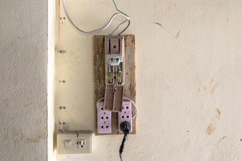 老和不安全的葡萄酒样式电子塑料开关 安全的概念在工作地点 免版税图库摄影