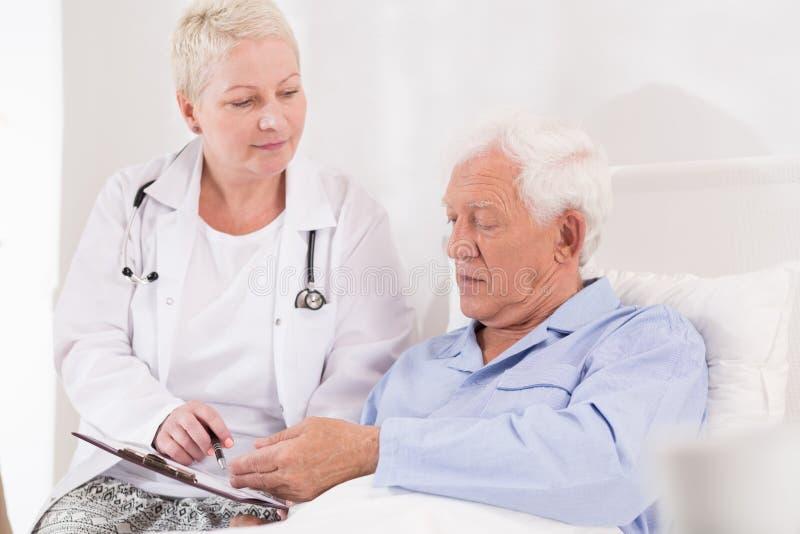 老和不适的患者 免版税库存照片