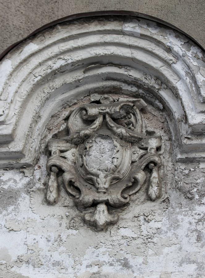 老和严重损坏的徽章作为门面装饰细节  免版税库存照片