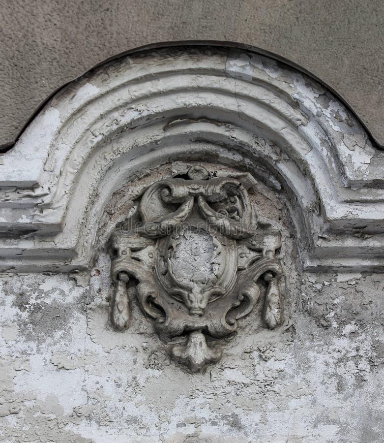 老和严重损坏的徽章作为门面装饰细节  库存图片