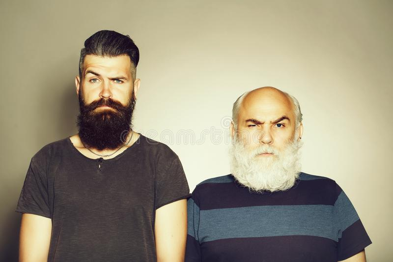老和年轻有胡子的人 免版税图库摄影