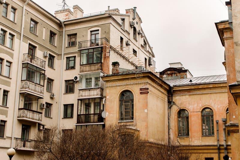 老和当代建筑学两个房子  库存图片