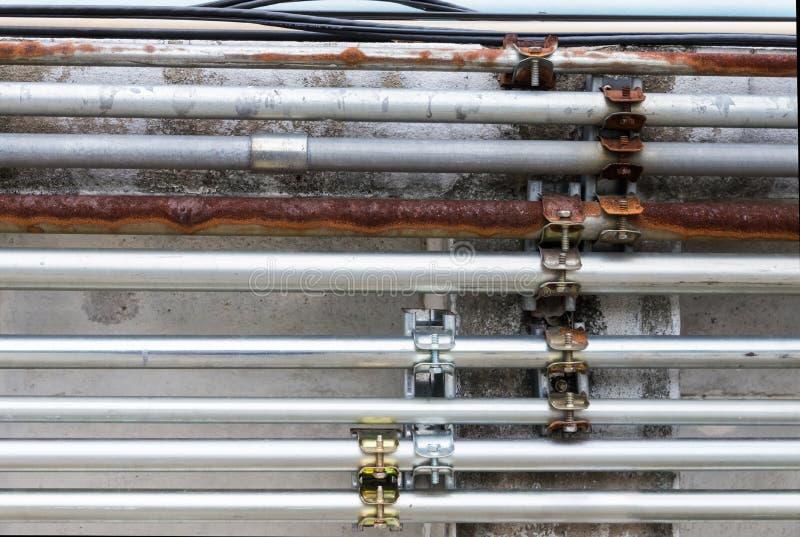 老和新的金属管子 库存图片