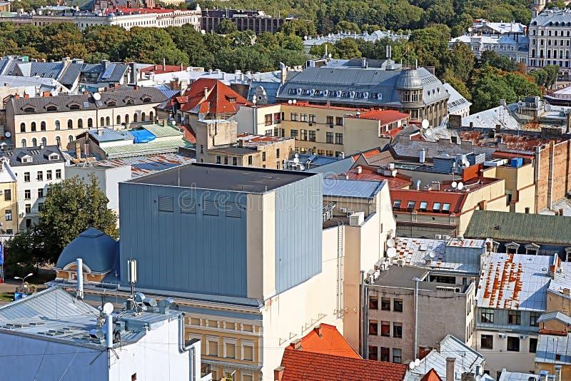 老和现代大厦看法在里加,拉脱维亚 免版税库存照片
