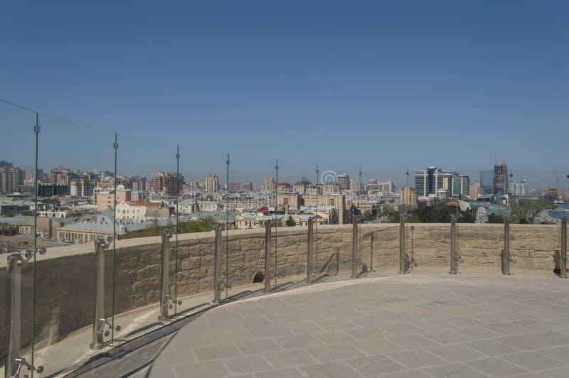 老和现代巴库市全景从少女塔的 免版税库存照片