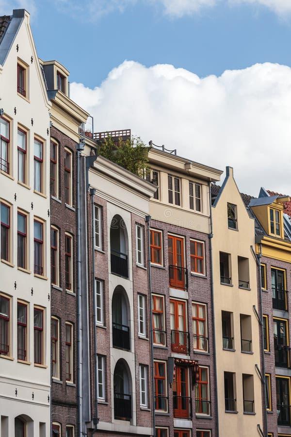 老和现代运河房子行在阿姆斯特丹 免版税库存图片