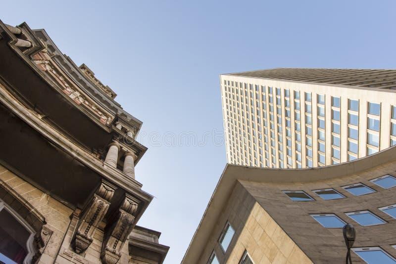 老和现代大厦在布鲁塞尔 免版税库存图片