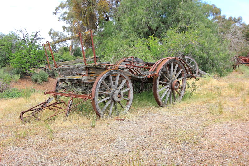 老和生锈澳大利亚人作早期工作在用马拉的无盖货车 免版税库存照片