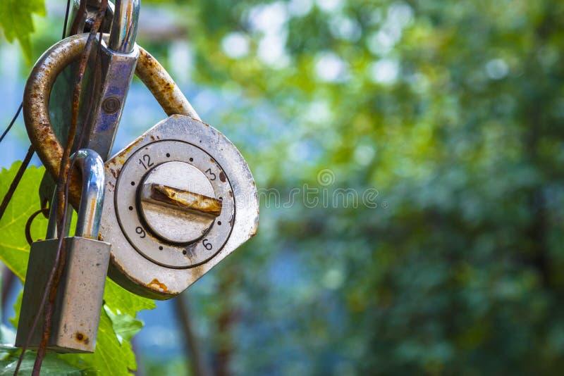 老和生锈的号码锁附有了锁 免版税库存照片