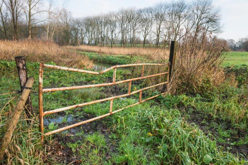 老和生锈的篱芭在乡区 免版税库存照片