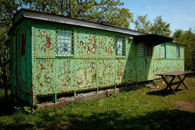 老和生锈的绿色铁拖车 库存图片