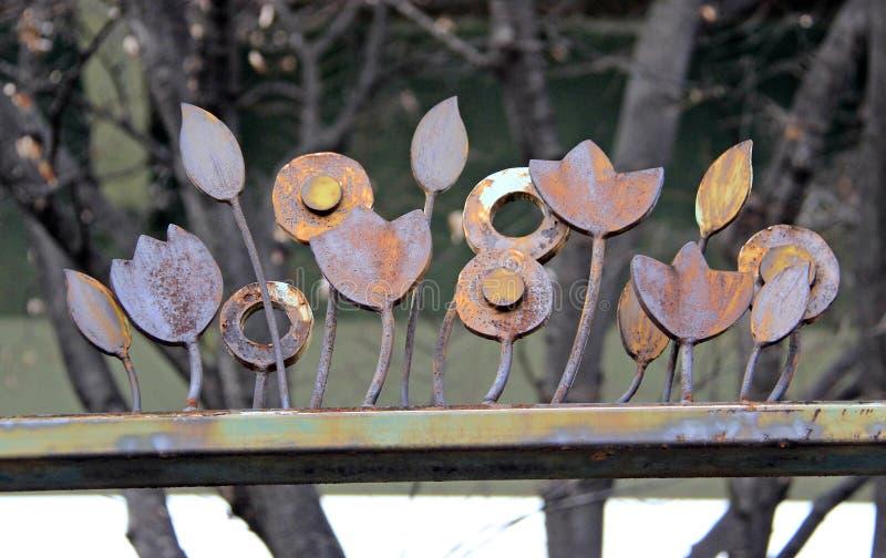 老和生锈的金属花 免版税库存照片