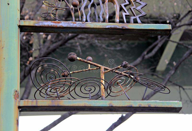 老和生锈的金属雕塑 免版税图库摄影