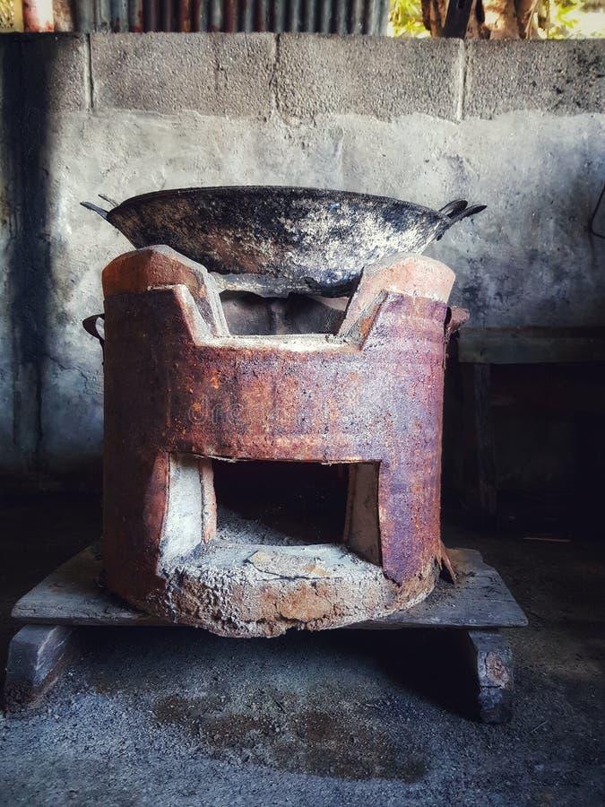 老和真正的使用的平底锅和火炉 图库摄影
