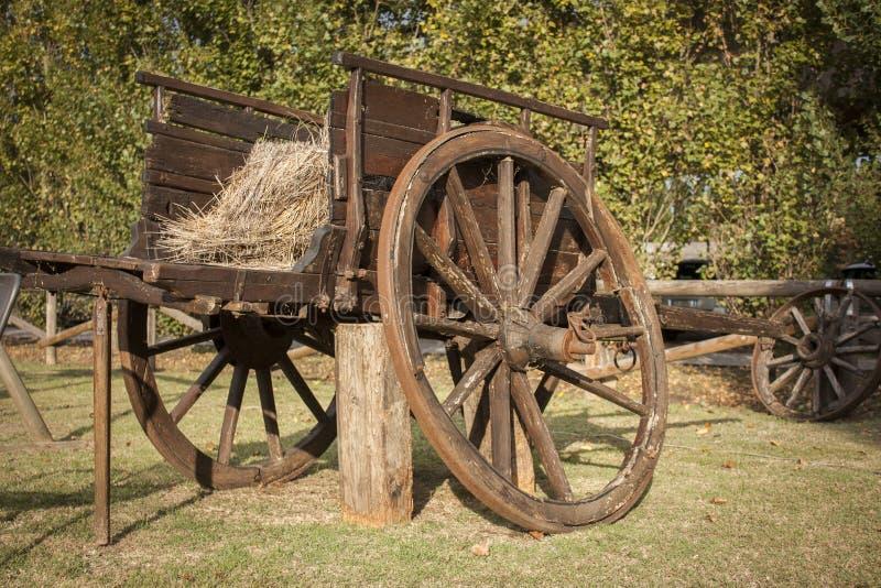 老和破旧的木推车 库存图片