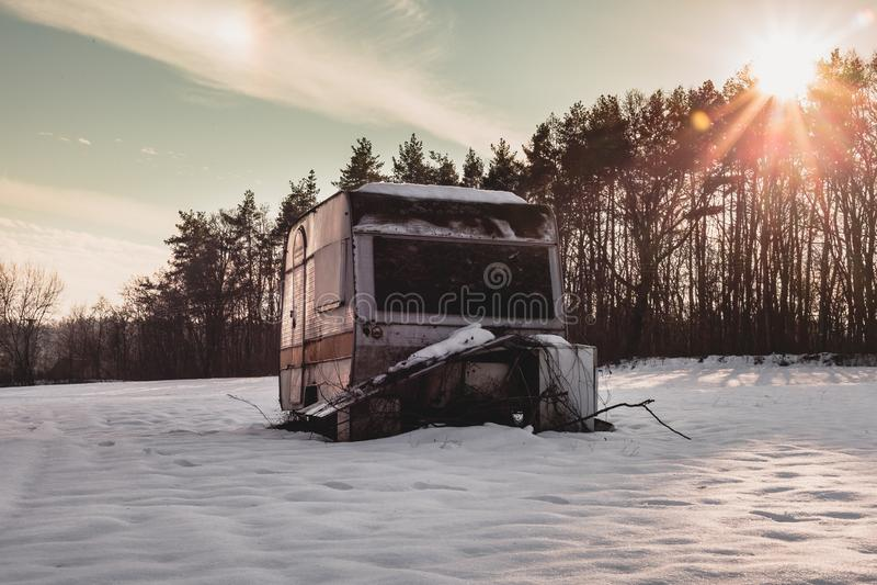 老和被放弃的有蓬卡车好看照片在积雪的草甸中间的冬时的 campervan有启发性的有蓬卡车 免版税图库摄影
